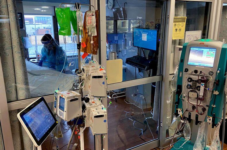 Nurse-in-ICU-room-edit-01_i.jpg